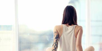 Des tatouages pour dissimuler cicatrices, vergetures et actes chirurgicaux