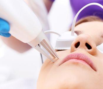 La photothérapie pour traiter les problèmes d'acné