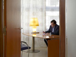 Le Docteur Gilles Sainte-Rose dans son bureau