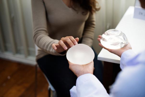 Prothèses mammaires lisses ou texturées