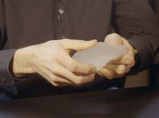 Augmentation mammaire par implant ou lipofilling